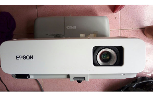 may chieu epson eb 825 1